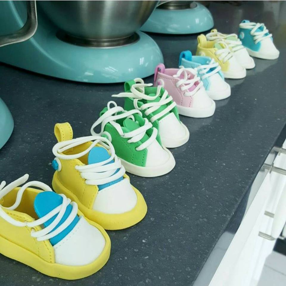 Basic Fondant Cake (3D baby shoes topper) 03